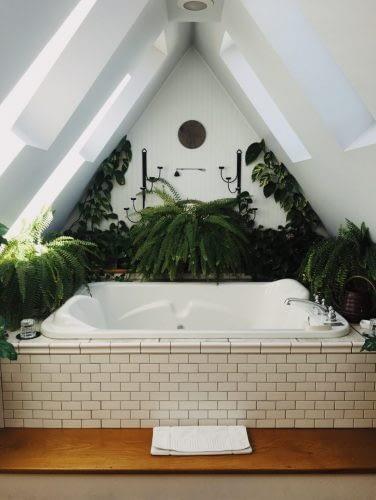 Bad Fliesen für Bäder mit Dachschräge.
