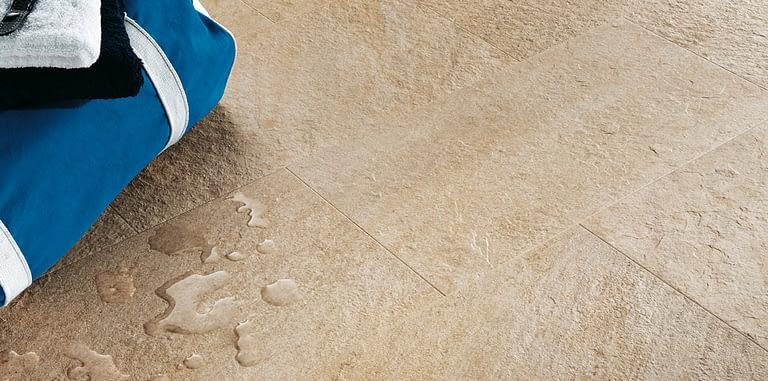Feinsteinzeug ist dank seiner Merkmale – u.A. Säurefestigkeit, hoher Härtegrad, geringe Wasseraufnahme und Beständigkeit – ein sehr leicht zu pflegendes Produkt.