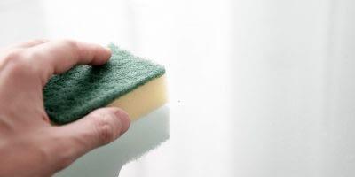 Glasmosaik reinigt man mit Glasreinigern ohne schleifende Bestandteile. Feinsteinzeugmosaiken können mit Feinsteinzeugreinigern einfach gereinigt werden.